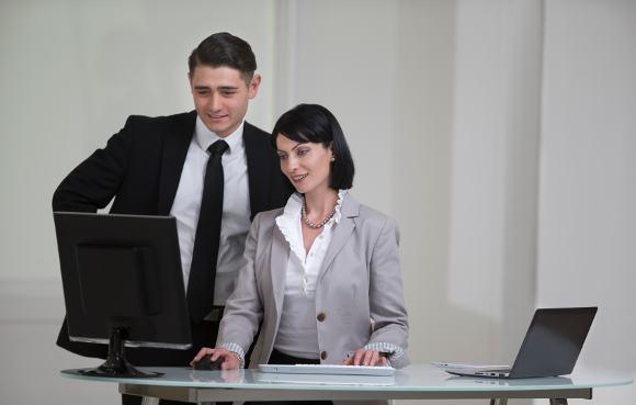 Deux gens d & # 39; affaires derrière un bureau debout