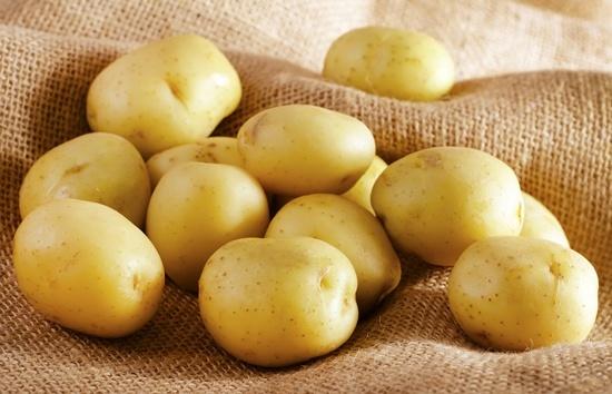 Un tas de pommes de terre blanches