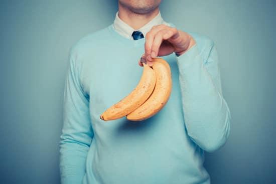 Un homme tenant des bananes