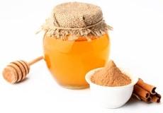 Un pot de miel et de cannelle