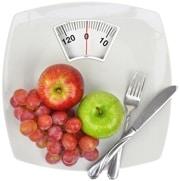 Pommes, raisins, une fourchette et un couteau sur des écailles
