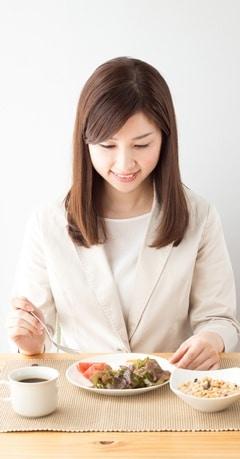 Femme asiatique, manger, a, repas