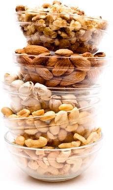Bols de noix empilés les uns sur les autres