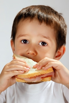 Garçon mangeant un sandwich