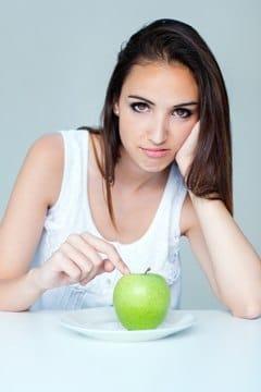 Brunette avec Apple sur plaque