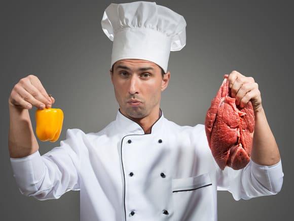 Chef tenant le poivron et la viande