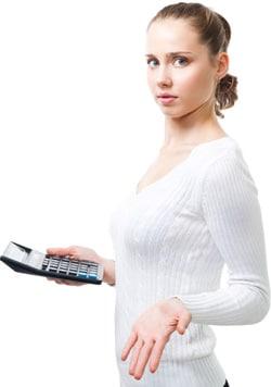 Femme confuse tenant une calculatrice