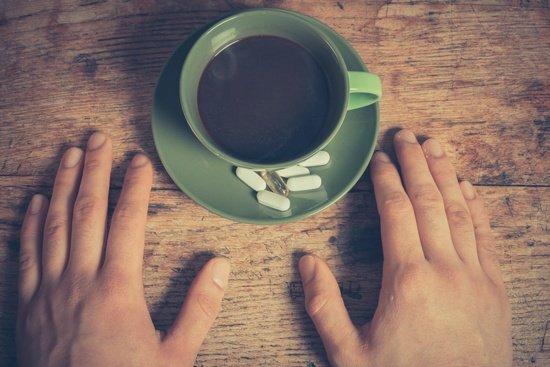 Tasse de café et pilules