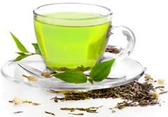 Tasse de thé vert avec des feuilles