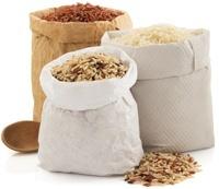 Différents riz dans des sacs
