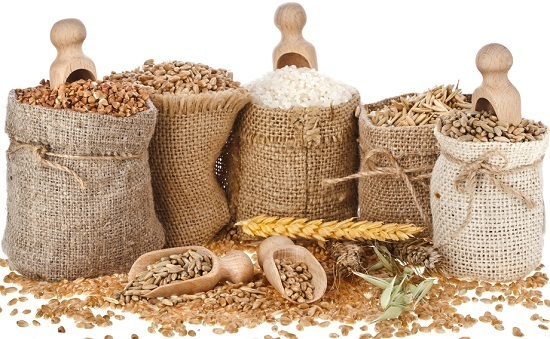 Différents types de céréales dans des sacs bruns