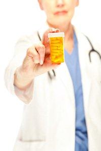 Médecin tenant une boîte de pilules