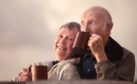Couple de personnes âgées à l'extérieur, boire du café