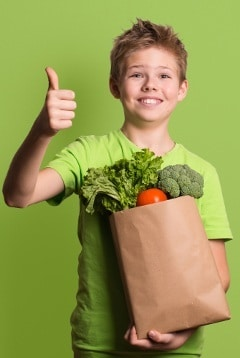 Enfant excité tenant des produits d'épicerie
