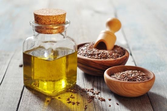 Graines de lin et huile dans des conteneurs