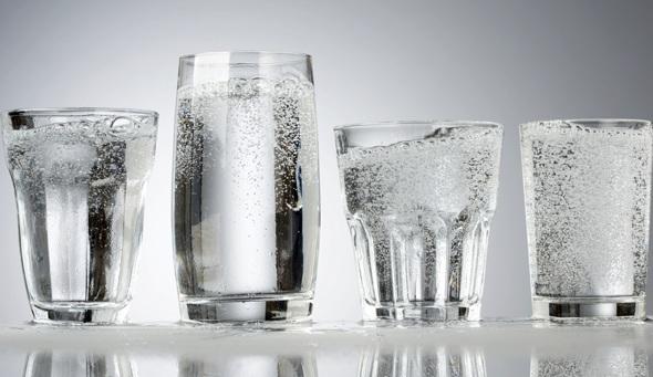 Quatre verres d'eau gazeuse pétillante