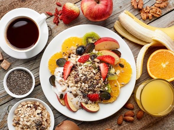 Fruits, muesli, noix, graines, café et jus