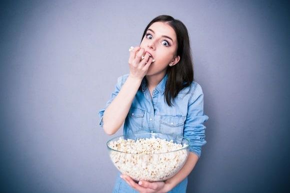 Fille mange du pop-corn