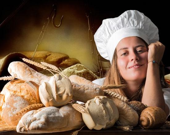 Fille avec des pains fraîchement cuits-article