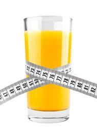 Verre de jus d'orange avec ruban à mesurer