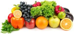 Raisins, pommes, oranges et légumes