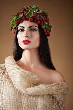Femme grecque avec des fraises sur sa tête