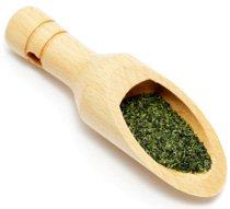 Thé vert dans une cuillère en bois