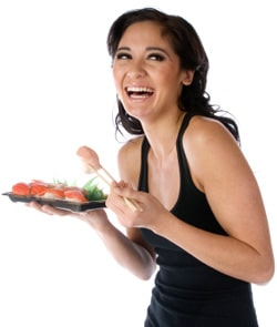 Femme heureuse, manger, sushi