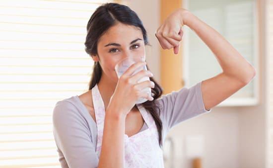 Femme en bonne santé buvant un verre de lait