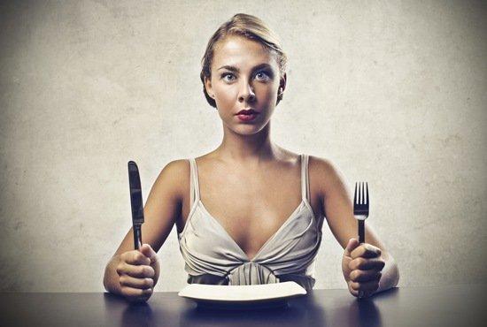 Femme affamée avec assiette vide