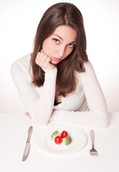 Femme affamée, à, légumes, sur, assiette