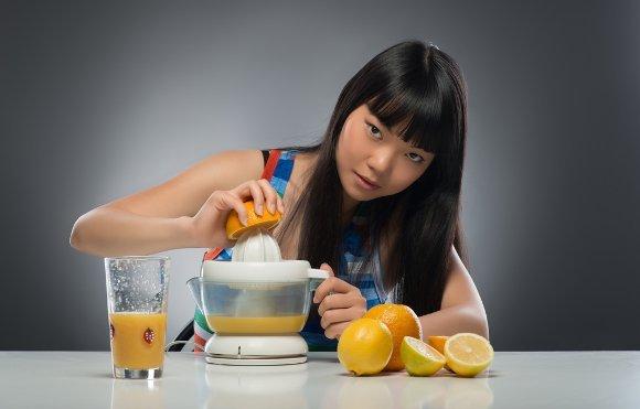 Femme intense, jus d'oranges fraîches