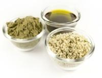 Petits bols contenant des graines de chanvre, de l'huile et de la poudre