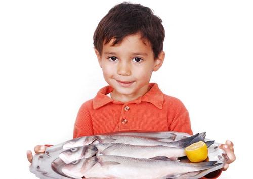 Petit garçon, tenue, poisson