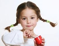 Petite fille, manger, yogourt