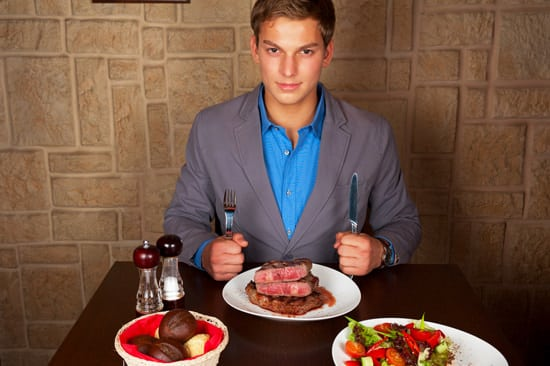 Homme au restaurant de manger du steak