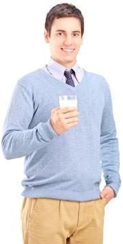 Homme tenant un verre de lait