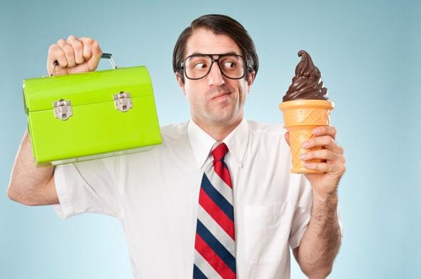 Homme tenant une boîte à lunch et de la crème glacée