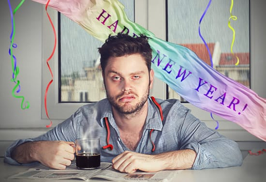 Homme avec gueule de bois après la fête du nouvel an