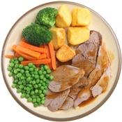 Viande, pommes de terre et légumes sur une assiette