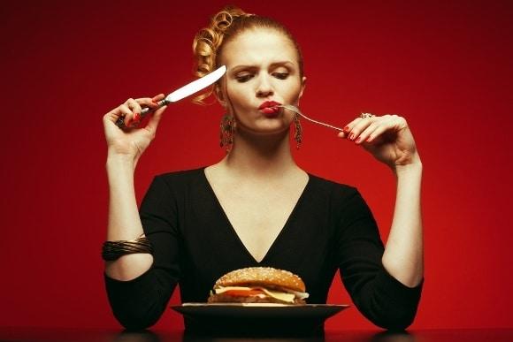 Manger un hamburger en pleine conscience