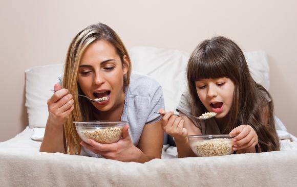 Mère et fille mangeant des céréales