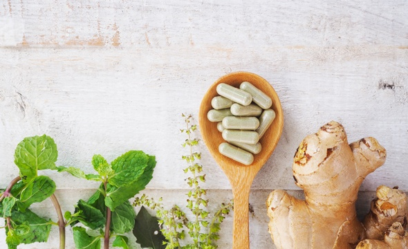 Herbes naturelles, capsules de gingembre et d'herbes