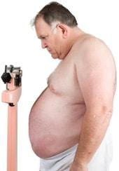 Homme obèse sur une échelle, plus petit