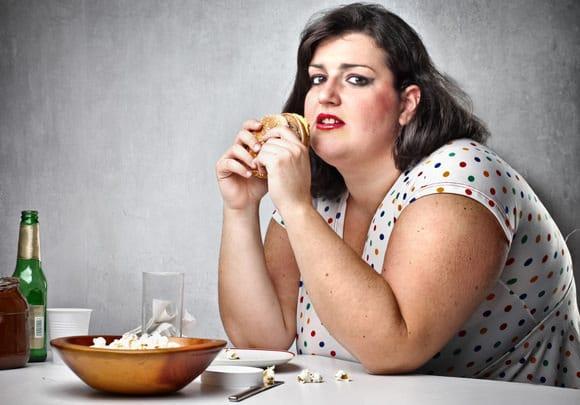 Femme obèse, manger de la malbouffe