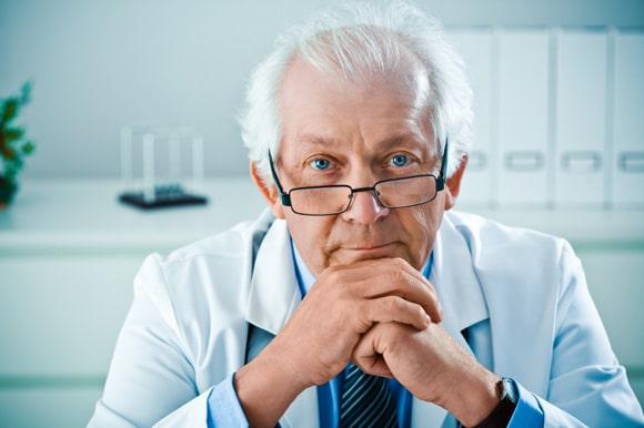 Médecin de sexe masculin plus âgé