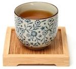 Thé Oolong dans une tasse chinoise sur un plateau en bois