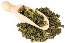 Feuilles de thé Oolong et cuillère en bois