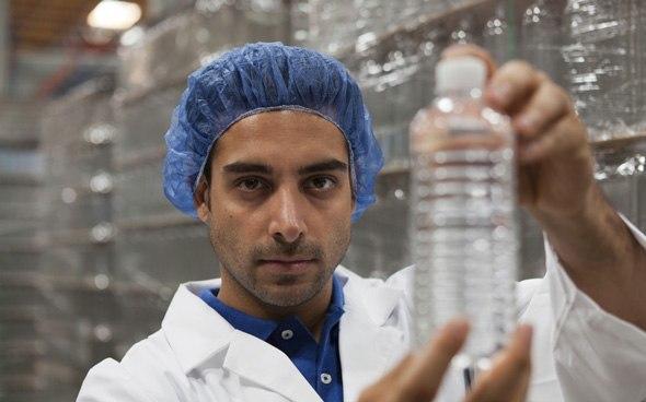 Scientifique tenant une bouteille d'eau en plastique