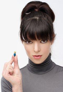 Grave brune tenant une pilule